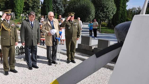 Na Městském hřbitově v Duchcově v pondělí odpoledne uctili památku amerických letců sestřelených nad dolem Alexandr.