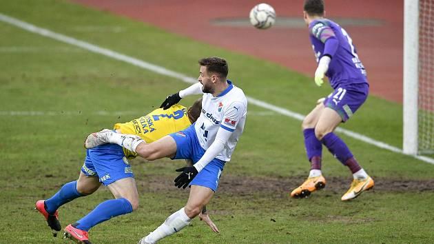 Utkání 21. kola první fotbalové ligy: FC Baník Ostrava – FK Teplice, 27 února 2021 v Ostravě. (zleva) Tomáš Zajíc z Ostravy, Ondřej Mazuch z Teplic a brankář Teplice Jan Čtvrtečka.