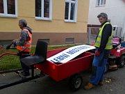Nezbytné artefakty do volebních místností rozváželi v Proboštově na Teplicku pracovníci VPP obecními traktůrky.