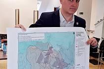 Rostislav Kadlec, místostarosty Krupky. Ukazuje mapu s hornickou krajinou v Krupce.