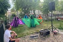 Nedávno vystoupili v Domově se zvláštním režimem Oblastního spolku Českého červeného kříže zpěvák Libor Schlenz a taneční skupina Bolly Ladies.