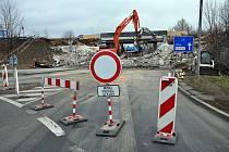Demolice mostní konstrukce na silnici I/13 a uzávěra Hřbitovní ulice.