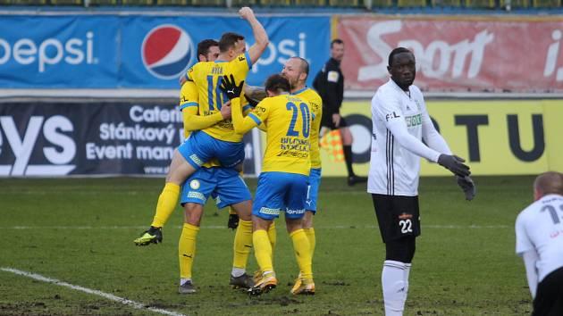 GÓL! Martin Macej se raduje z prvního ligového gólu. Radostí na něj skočil Alois Hyčka.
