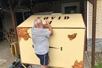 Karavan na vozík, který si doma v garáži vyrobili Ladislav Pertl s tatínkem. Na fotce tatínek Ladislava Pertla při posledních úpravách.