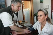 Ilustrační foto. Praktický lékař měří tlak pacientce.