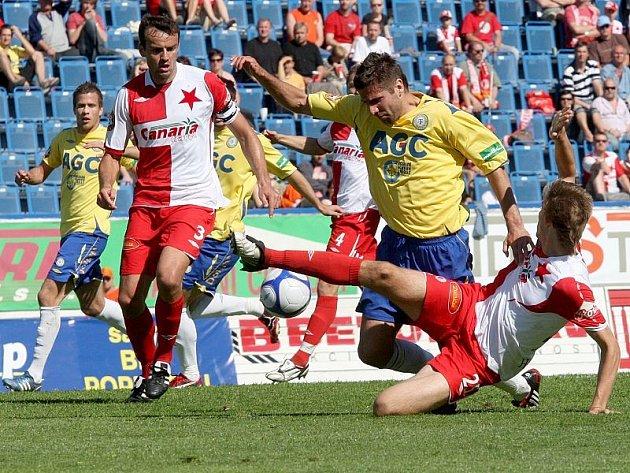 Stadión Na Stínadlech v Teplicích hostil v sobotu hráče SK Slavia Praha. Na snímku domácí Andrej Hesek v žlutomodrém v souboji se Slávistou.
