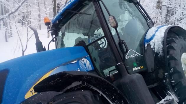 Moldava pod sněhem: traktor zimní údržby obce uvízl na jedné z upravovaných cest na Novém městě