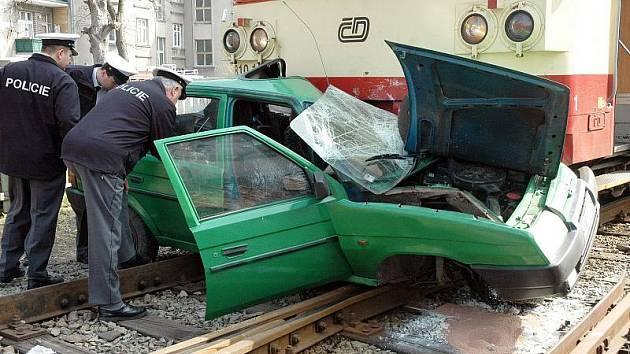 Řidič s favoritem vletěl pod vlak