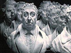 Výstavu věnují sochaři Františku Rabelovi