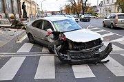 Nehoda u vlakového nádraží v Teplicích. Řidič v passatu sestřelil sochu dělníka.
