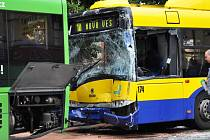 Osm lehce zraněných a těžce zraněný řidič trolejbusu, to je výsledek srážky trolejbusu a autobusu, ke které došlo ve čtvrtek krátce před čtvrtou hodinou odpoledne na křižovatce ulic Masarykova a U Červeného kostela v Teplicích.