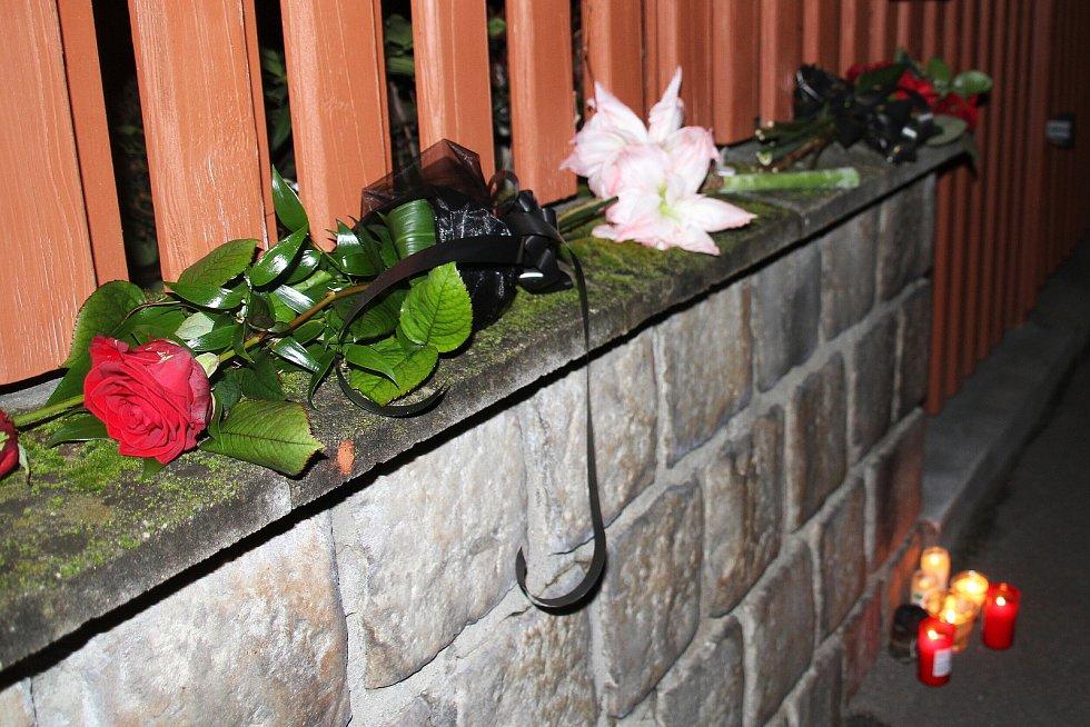 Jedno z pietních míst v Teplicích vzniklo hned v pondělí večer spontánně přímo před domem v ulici Petra Bezruče, kde Jaroslav Kubera bydlel. Lidé sem začali nosit květiny a na chodník pokládali hořící svíčky.