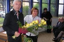 SVĚTOVĚ PROSLULÝ HOUSLISTA Jaroslav Svěcený s vedoucí knihovny Zdenou Hlaváčkovou.