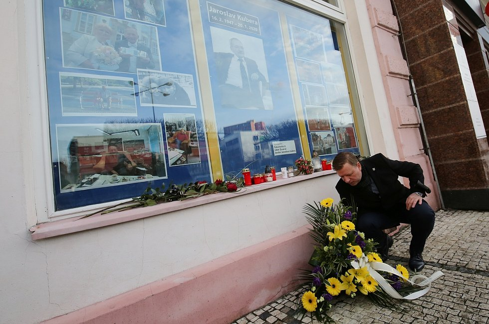 Představitelé města a zaměstnanci Magistrátu v Teplicích uctili ve středu 20. ledna 2021 památku před rokem zemřelého Jaroslava Kubery.