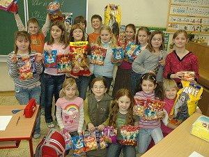 Třeťáci ze ZŠ Maršovská také nosili dobroty pro pejsky