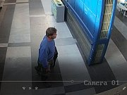 Podezřelý byl ve věku 35 - 40 let, střední postavy.