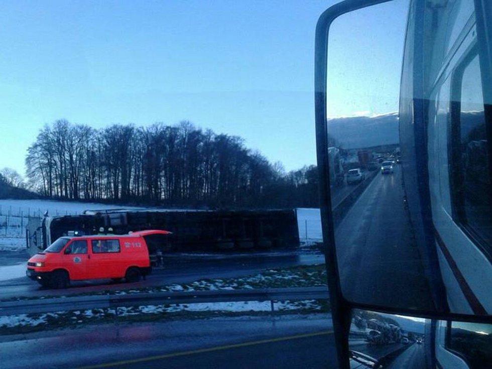 Ledovka je na německé straně Krušných hor. Fotografii nehody kamionu nám zaslal čtenář Daniel Škach.