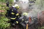 V Trnovanech hořel odpad v šachtě. Požár likvidovali hasiči