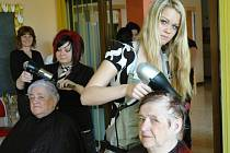 Obyvatelky bystřanského domova důchodců stále dbají o svůj vzhled.