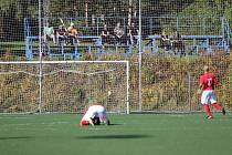 Zápas I. B třídy mezi Unčínem (v červeném) a Českými Kopisty vyhráli domácí.