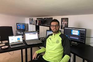 MARTIN KOVAŘÍK ve své domácí pracovně digitalizuje videoarchiv FK Teplice.