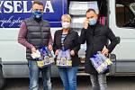 DAR DOMOVU DŮCHODCŮ. Přemysl Hruška (vlevo) s Vojtěchem Milkem a Miroslavou Barešovou z bystřanského Domova důchodců.