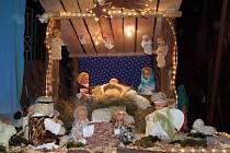 V Jeníkově před farou můžete i letos zhlédnout betlém z panenek.