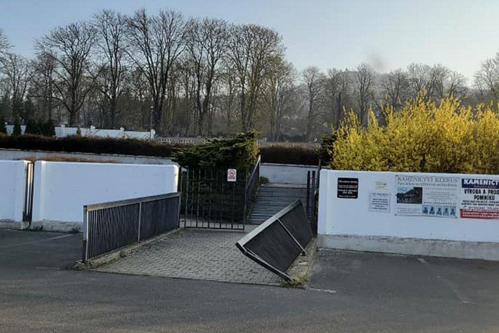 Poničené zábradlí u hřbitova v Bystřanech.