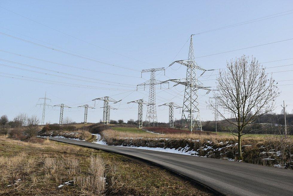 Tady mohly stát rodinné domy, místo toho tu je elektřina.