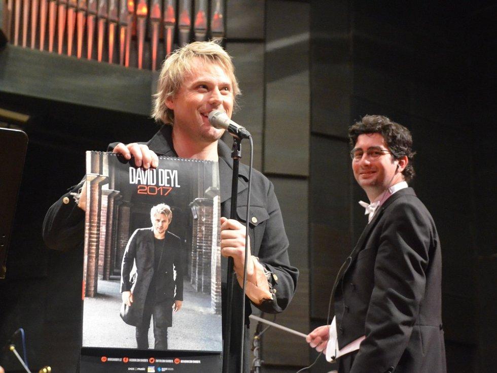 SEVEROČESKOU FILHARMONII pro Davida Deyla (vlevo) řídil Marek Štilec.