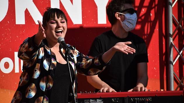 Ewa Farna zazpívala klientům Domova důchodců v Bystřanech.