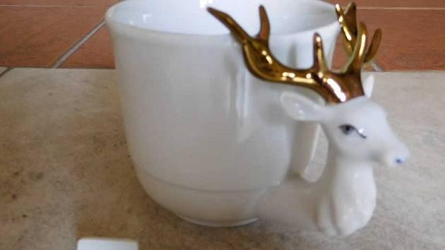 Vítězný hrnek s jelenem na výstavě v teplickém zámku.
