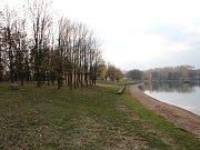 Přírodní koupaliště Barbora v Oldřichově v podzimním čase.
