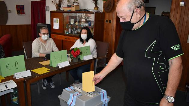 Senátní volby na Teplicku, druhé kolo. Volební místnost v Hudcově, je v obývacím pokoji rodinného domu.