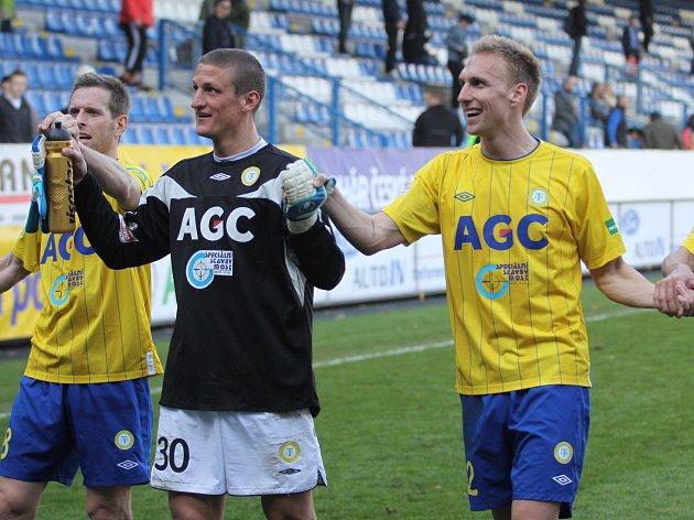 Štěpán Vachoušek, Tomáš Grigar a Antonín Rosa se radují z postupu