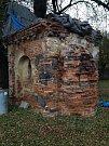 kaplička v Dolánkách před rekonstrukcí.