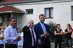 Český porcelán a to 155 let výroby porcelánu. K tomuto  výročí si společnost nadělila krásný dárek a to obří fontánu. starosta Dubí Pípa (vlevo), Ředitel Feix (uprostřed) a vpravo primátor Teplic Hanza