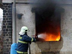 Hasiči zasahují u požáru odpadu v opuštěném objektu v bílinské Důlní ulici
