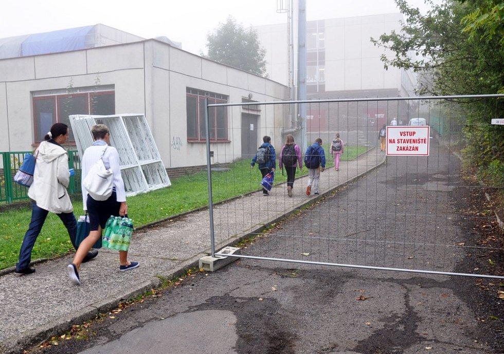 Kvůli rekonstrukci převážejí každý den 200 dětí do jiné školy