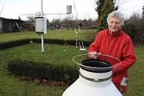 Marie Karasová má na zahradě v Žatci klimatologickou stanici.