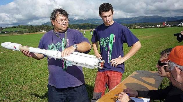 Bedřich Pavka  ukazuje bodovačům motory v Ariane 4.