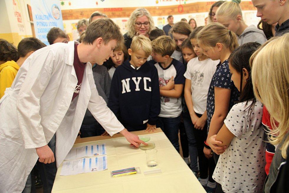 Zástupci Severočeské vodárenské společnosti předali dětem vZŠ Bílá cesta vTeplicích laboratorní sady kpokusům s vodou.