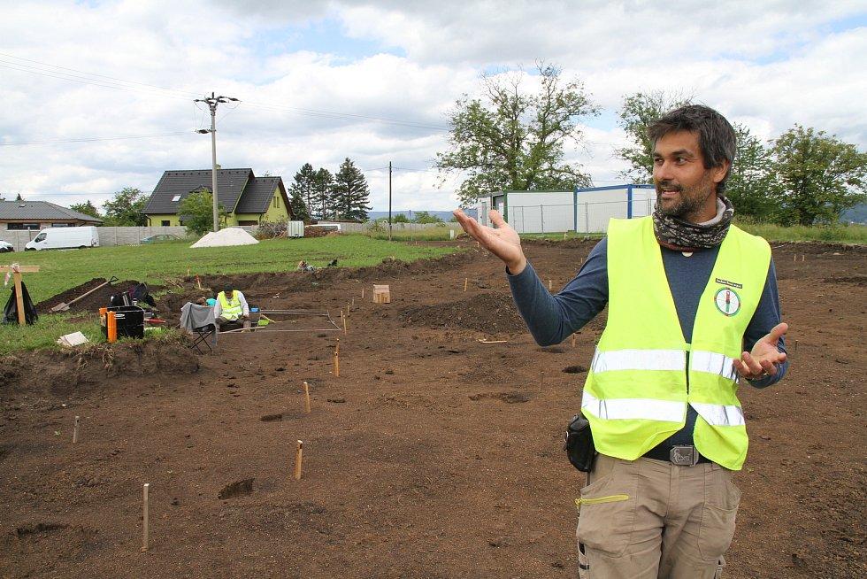 Z archeologického průzkumu v Modlanech, v místech, kde vyroste nová obecní hasičárna. Aleš Káčerik, vedoucí Archeo Sever.