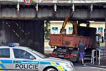 V Teplicích pod železničním mostem ve Spojenecké ulici (z ulice Na Hrázi propojka na Nákladní) uvízlo v pondělí ráno nákladní auto s naloženým bagrem.
