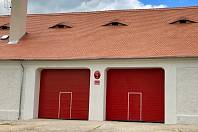 Dobrovolní hasiči v Hrobčicích mají konečně kde zaparkovat svá vozidla.