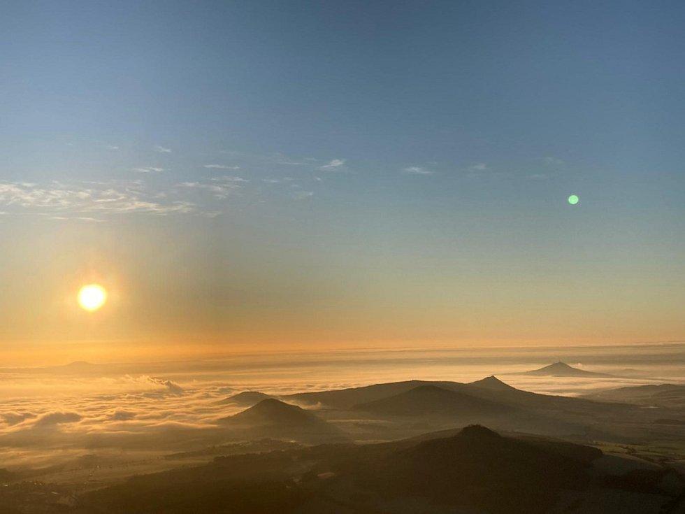 Listopadový východ slunce z Milešovky.