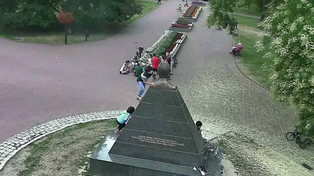 Děti na soše Julia Payera v Teplicích.