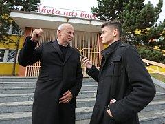 Michal Horáček, jeden z kandidátů na prezidenta se před Základní školu Plynárenská v Proseticích vydal spolu s redaktory Deníku.