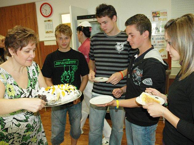 Děti za vzornou reprezentaci školy dostaly dorty