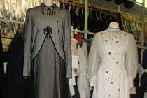 Šaty princezny Heleny z pohádky Šíleně smutná princezna si jistě vybavíte. Pozorného čtenáře však na fotografii upoutá jejich rozdílná velikost a ještě pozornější divák si vzpomene, že smuteční šaty měl v jedné scéně ve filmu na sobě herec Josef Kemr.